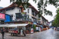 Les gens sur la rue d'achats dans la ville de Yangshuo Images stock