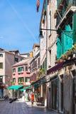 Les gens sur la rue dans la ville de Venise au printemps Image libre de droits