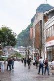 Les gens sur la rue dans la ville de Yangshuo au printemps Images libres de droits