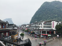 Les gens sur la rue occidentale d'achats dans la ville de Yangshuo Image stock