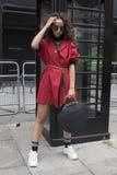 Les gens sur la rue pendant la semaine de mode de Londres photographie stock libre de droits