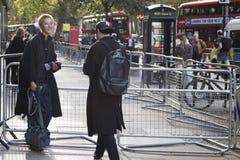 Les gens sur la rue pendant la semaine de mode de Londres photographie stock
