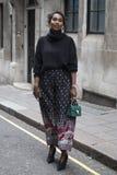 Les gens sur la rue pendant la semaine de mode de Londres image libre de droits