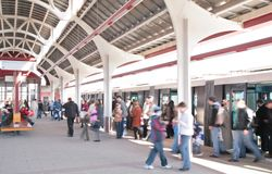 Les gens sur la station de train images libres de droits