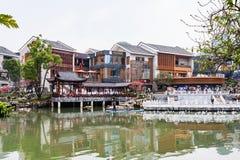 Les gens sur le bord de mer dans la ville de Yangshuo au printemps Image stock
