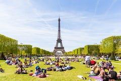 Les gens sur le Champ de Mars avec Tour Eiffel sur le fond Photographie stock libre de droits