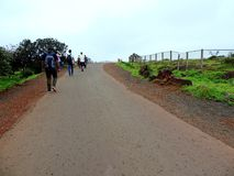 Les gens sur le chemin au plateau de Kaas image libre de droits