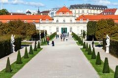 Les gens sur le chemin pour abaisser des palais de belvédère, Vienne Photo libre de droits