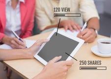Les gens sur le comprimé avec des barres de statut de vues et d'actions lors de la réunion Image stock
