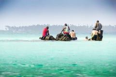 Les gens sur le demi bateau submergé Image stock
