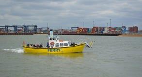 Les gens sur le ferry à travers l'estuaire de la rivière Orwell de Felixstowe à Photo libre de droits