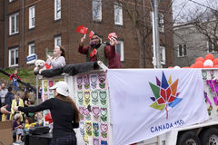 Les gens sur le flotteur favorisent le Canada 150 au défilé 2017 de Pâques de plages sur la rue Toronto est de la Reine Photo libre de droits