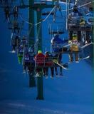 Les gens sur le levage de ski image stock