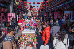 Les gens sur le marché aux puces de nouvelle année Images stock