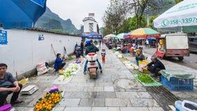 Les gens sur le marché de jardin sur la rue dans Yangshuo Images stock