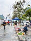Les gens sur le marché de jardin sur la rue dans Yangshuo Photo libre de droits
