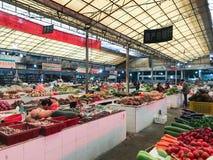 Les gens sur le marché végétal de la ville de Yangshuo Images libres de droits