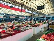 Les gens sur le marché végétal de la ville de Yangshuo Photo libre de droits