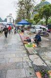 Les gens sur le marché végétal sur la rue dans Yangshuo Images libres de droits