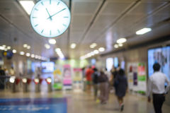 Les gens sur le mouvement de tache floue de station de métro Images stock