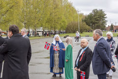 Les gens sur le parde avant école dans Verdal, Norvège Photos stock