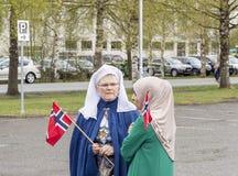 Les gens sur le parde avant école dans Verdal, Norvège Images stock