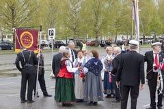 Les gens sur le parde avant école dans Verdal, Norvège Photo libre de droits