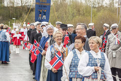 Les gens sur le parde avant école dans Verdal, Norvège Images libres de droits