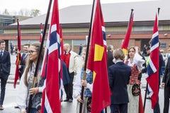Les gens sur le parde avant école dans Verdal, Norvège Photo stock