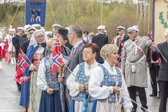 Les gens sur le parde avant école dans Verdal, Norvège Image libre de droits