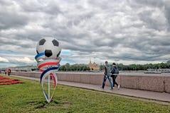Les gens sur le remblai d'université d'Universitetskaya à St Petersburg Russie Images stock