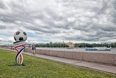 Les gens sur le remblai d'université d'Universitetskaya à St Petersburg Russie Photo libre de droits