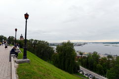 Les gens sur le remblai du confluent de la Volga et de la rivière d'Oka Photos stock