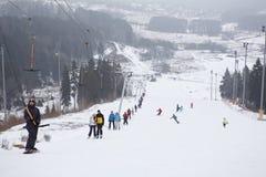 Les gens sur le remorquage de corde sur la station de sports d'hiver Photo libre de droits