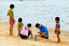 Les gens sur le rivage de la mer de sud de la Chine Photos stock