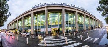 Les gens sur le terminal de l'aéroport de Marseille à Marseille Images stock
