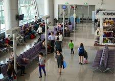 Les gens sur le terminal 2 en aéroport de Tan Son Nhat, Saigon, Vietnam Photos libres de droits