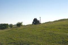 Les gens sur le tracteur vont travailler pour labourer la terre Photographie stock
