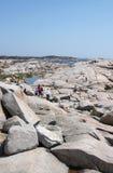 Les gens sur les roches, la crique de Peggy Photo stock