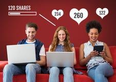Les gens sur les ordinateurs portables et le comprimé avec des actions et des barres de statut de goûts Images libres de droits