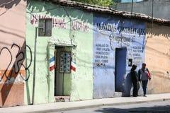 Les gens sur les rues lumineuses d'un colorfull de la ville d'Oaxaca Photos libres de droits