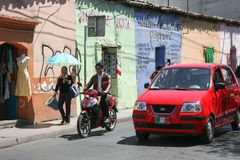Les gens sur les rues lumineuses d'un colorfull de la ville d'Oaxaca Photo stock