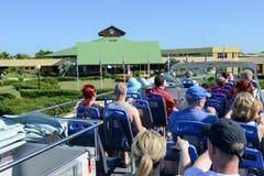 Les gens sur un autobus touristique aux Cocos de Cayo, Cuba image stock