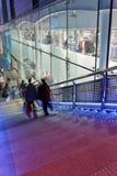 Les gens sur un escalier près du centre commercial, région commerciale de Xidan la nuit, Pékin, Chine Image libre de droits