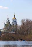 Les gens sur un kayak et une église à l'arrière-plan Photographie stock libre de droits