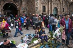 Les gens sur un marché en plein air dans Cuzco, Pérou Images stock