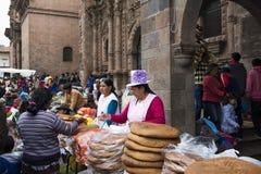 Les gens sur un marché en plein air dans Cuzco, Pérou Photographie stock libre de droits