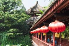 Les gens sur un pont avec les lanternes chinoises images stock