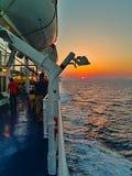 Les gens sur un voyage de plate-forme de bateau vers la mer Égée photographie stock libre de droits