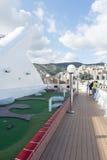 Les gens sur une plate-forme de bateau de croisière Photos libres de droits